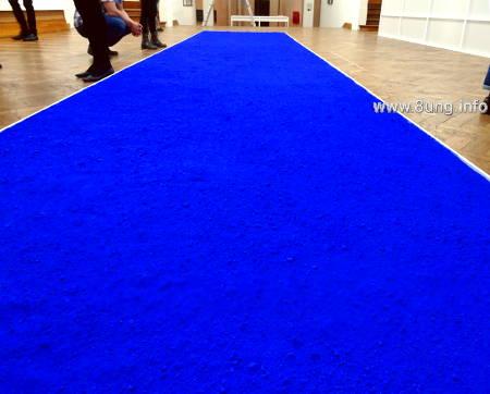 Yves klein im Museum Bozar - blaue Farb-Pigmente in einem langen Kasten