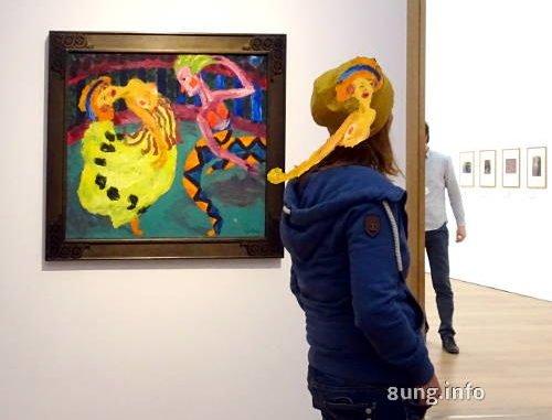 Nolde-Ausstellung mit Besucherin, die ein Bild an der Mütze trägt