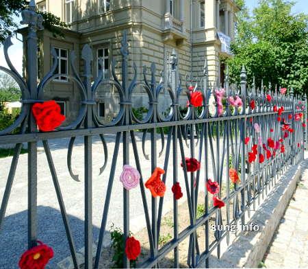 gehäkelte rote Blumen weisen den Weg zur Landesgartenschau Apolda