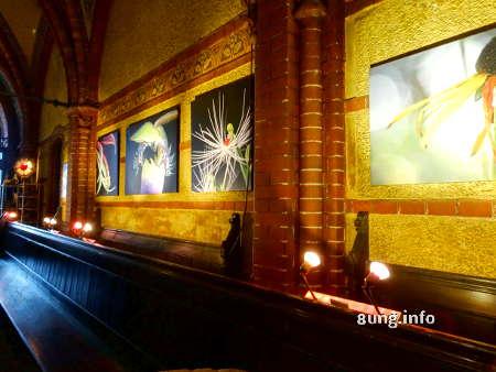 Moderne Bilder in gotischer Backsteinkirche