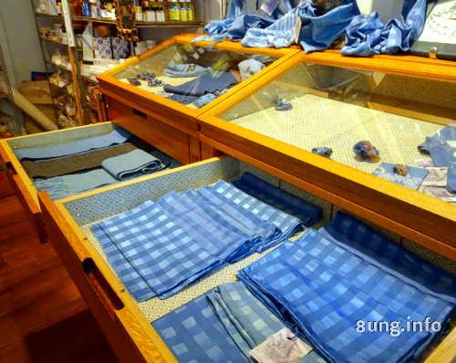 Blaue Tücher mit Färberwaid gefärbt