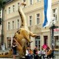 Straßenmusik in Bayreuth unterm Dinosaurier