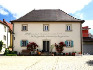 Haus mit Kalligraphie
