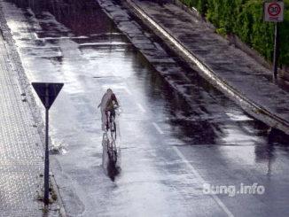Radfahrer - vorn Regen, hinten Sonne