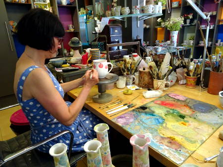 Keramikmalerin bei der Arbeit in ihrer Werkstatt