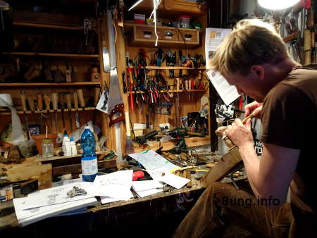 Figurenschnitzer bei der Arbeit