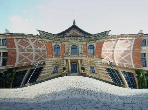 spitze Dreiecke am Opernhaus