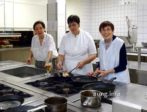 Mutter und Töchter in der Wirtshausküche