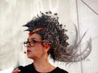 Schauspielerin mir Vogelhut