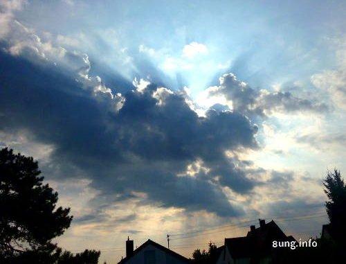 dunkle Wolken am Himmel, an den Seiten Sonnenstrahlen