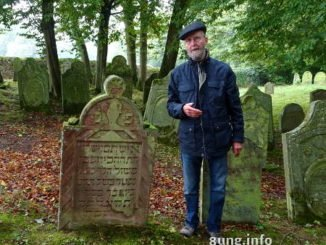 Fremdenführer und Grabsteine auf dem jüdischen Friedhof Bad Rappenau