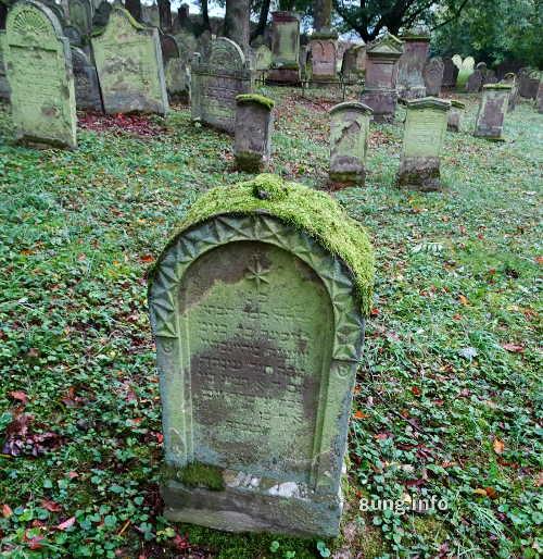 Bemooster Grabstein auf dem jüdischen Friedhof Bad Rappenau