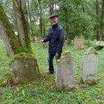 Fremdenführer am ältesten Grabsteine auf dem jüdischen Friedhof Bad Rappenau