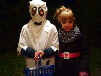 Kinder verkleiden sich als Gespenst und Hexe zu Halloween