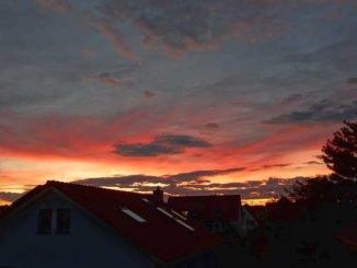 roter, gelber, grauer Sonnenuntergang