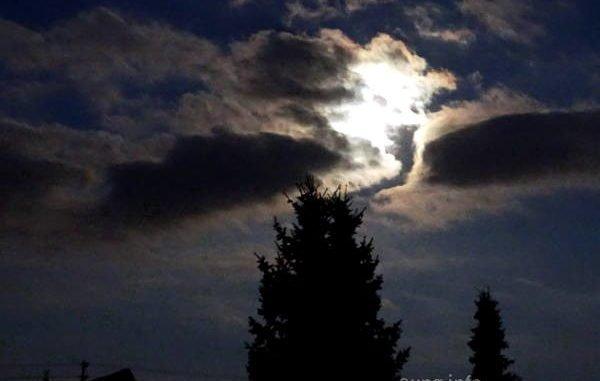Vollmond zwischen Wolken