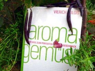 """Buch """"Aroma Gemüse"""" zwischen blauen Bohnen"""