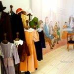 Biedermeier Kleider in Fotokulisse