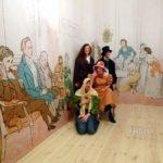 Familienfoto vor Biedermeier-Kulisse