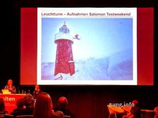 Leuchtturm in den Alpen mit Skifahrer Skispringer