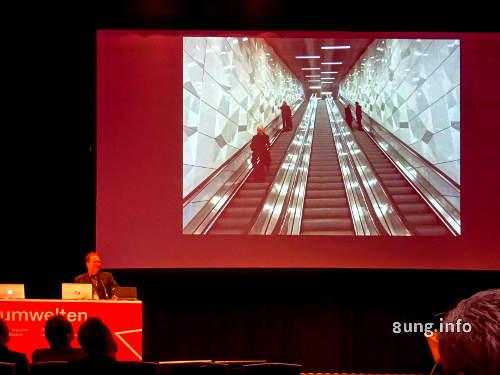 Raumwelten U-Bahn Rolltreppe bei Nacht in Düsseldorf