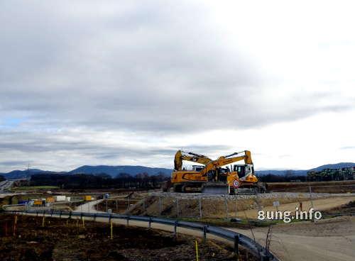 Bagger auf der Baustelle neben der Autobahn