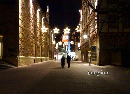 Weihnachtliche Beleuchtung - Strasse bei Nacht