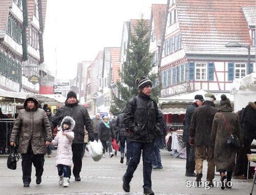 Passanten in der Kälte, Fachwerkhäuser, einkaufen