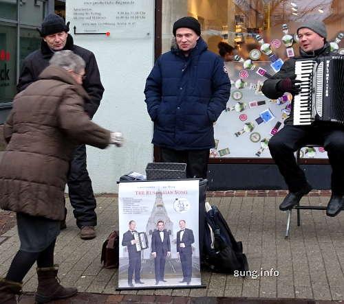 3 Tenäre aus Minsk freuen sich über eine Gage der Zuhörer