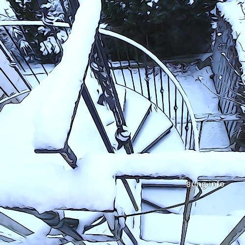Schnee auf der Wendeltreppe