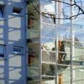 treppenhaus aus Glas, Leute gehen hoch