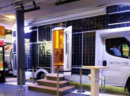 Caravan mit Solarzellen an den Außenwänden