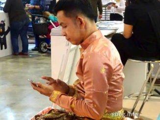 Mann konzentriert mit Handy