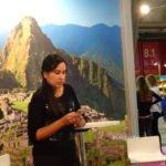 Frau vor Bergen mit Handy