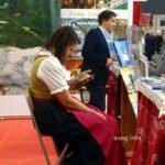 Frau im Dirndl mit Handy