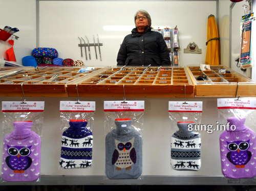 Wärmflaschen mit lila Eulen auf dem Krämermarkt