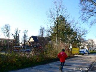 Jogger mit rotem Anorak in winterlicher Umgebung