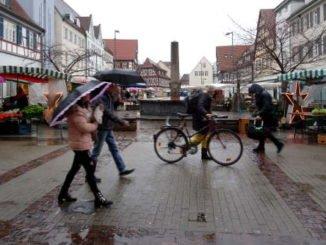 Regenwetter, Leute mit Schirm, Radfahrer, grau