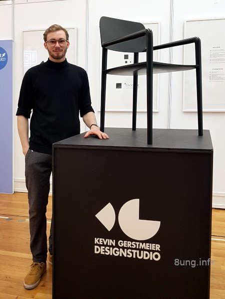 schwarzer Stuhl mit Designer
