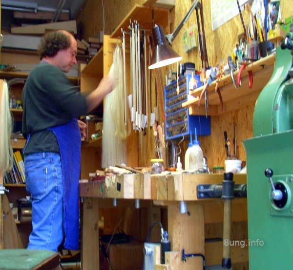 Bogenbaumeister in seiner Werkstatt