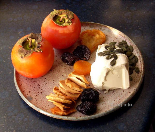 Khaki, Trockenobst, Kürbiskerne mit Frischkäse