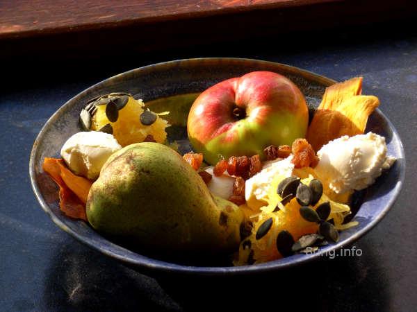 Kürbis, Apfel, Birne, Mango, Rosinen, Kürbiskerne mit Frischkäse