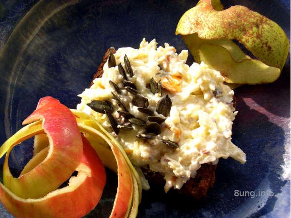 Frischkäse-Brotaufstrich mit Kürbis, Apfel, Birne, Mango, Rosinen. Kürbiskernen