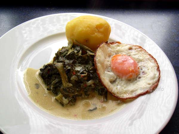 Mangold, Spiegelei und Kartoffel auf dem Teller