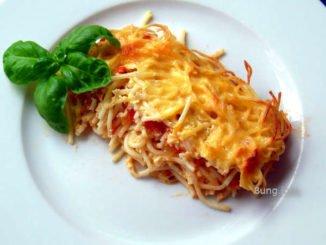 Resteauflauf mit Nudeln und Tomatensauce