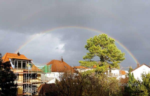 Regenbogen vor grauen Wolken