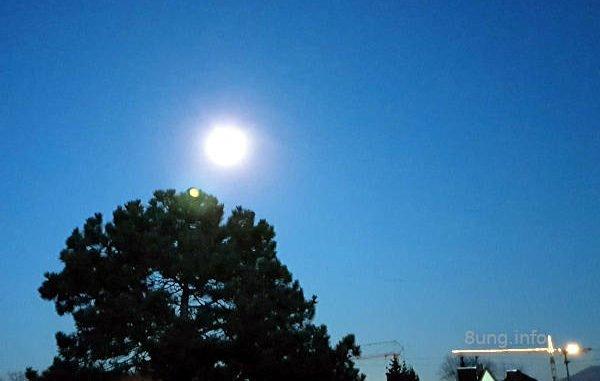 Vollmond bei klarem, blauen Himmel
