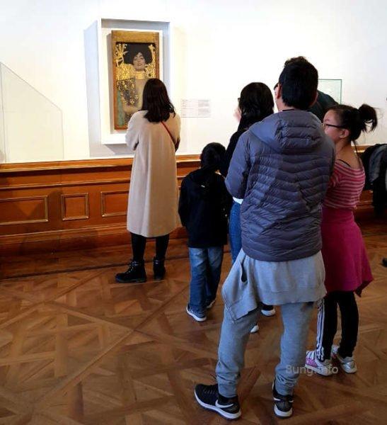 """besucher um das Gemälde """"Judith"""" im Museum von Schloss Belvedere in Wien"""
