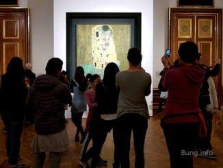 """Zuschauer vor dem Bild von Gustav Klimt: """"Der Kuss"""""""