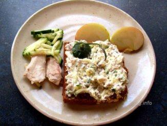 Hühnerfleisch, Gurke, Apfel, Meerrettich mit Frischkäse auf Vollkornbrot